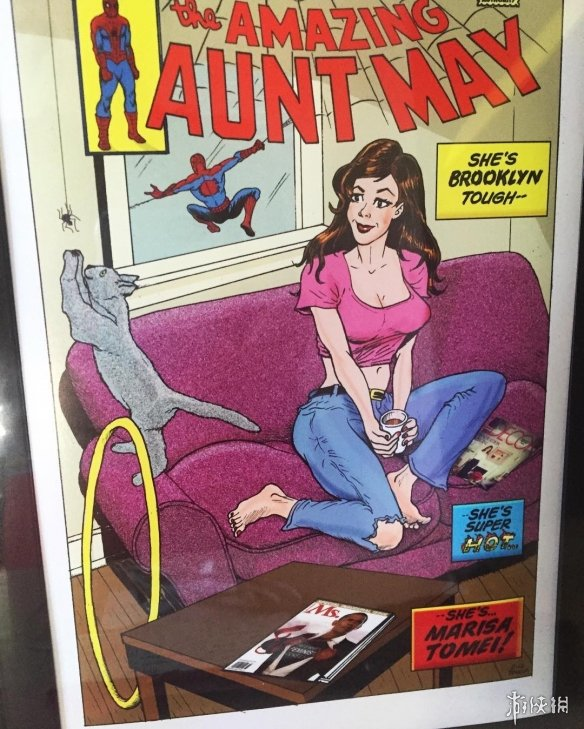 《蜘蛛侠》梅姨未用造型曝光 大长腿深V低胸超性感