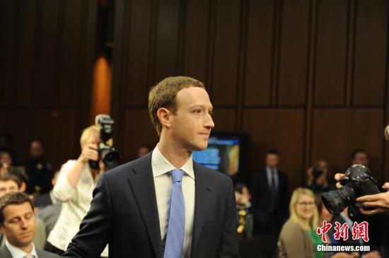 """资料图:2018年4月10日,""""脸书""""的首席执行官马克·扎克伯格就数据被滥用等问题道歉。 中新社记者 邓敏 摄"""