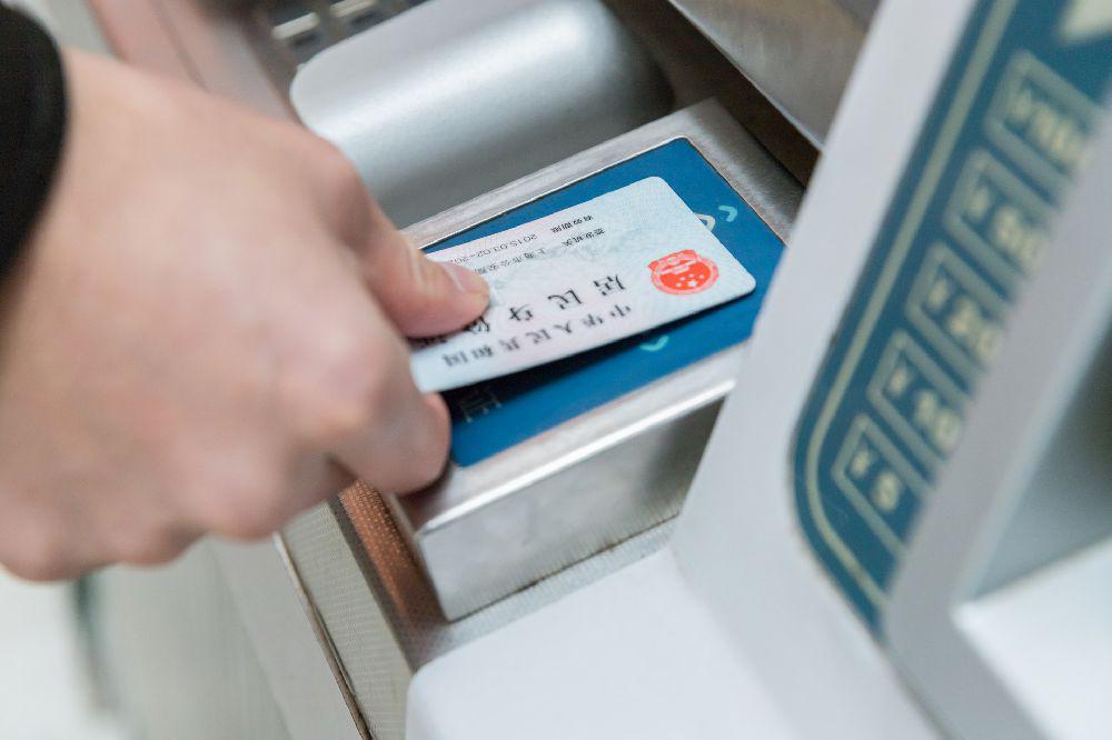 成渝高铁13个车站将试行电子客票 可刷身份证乘车