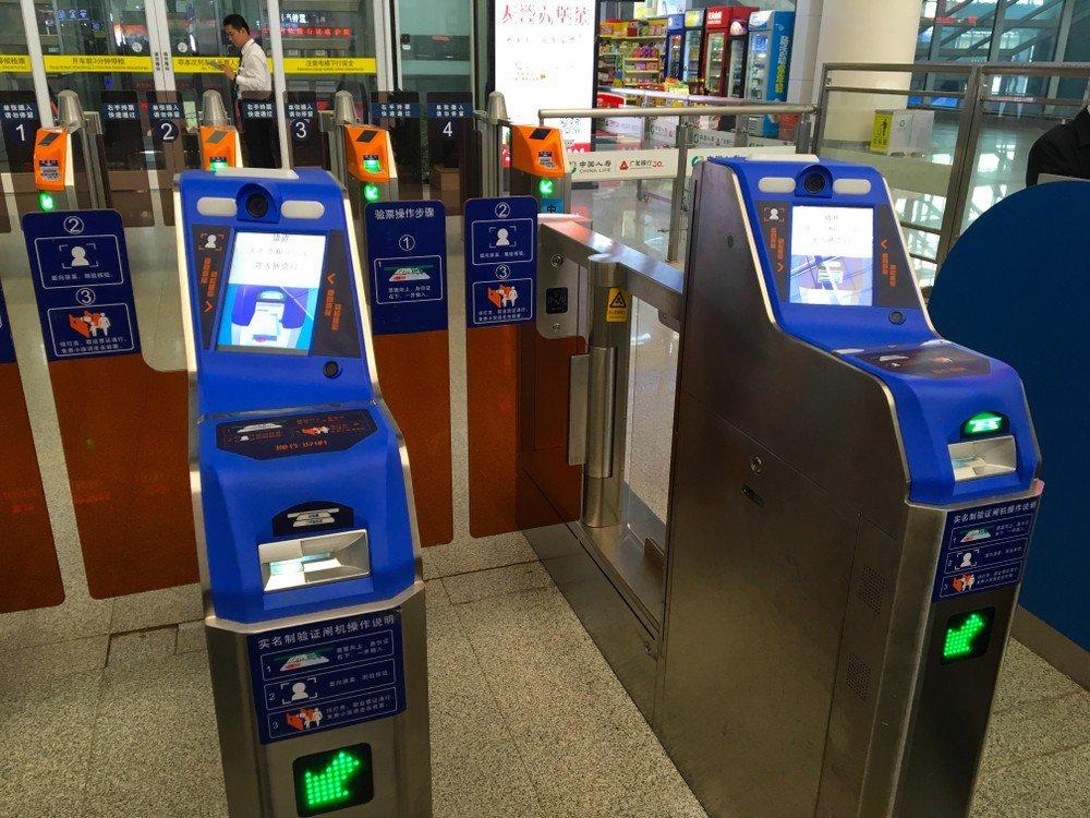 港媒:二维码支付有局限,地铁过闸机易拥堵