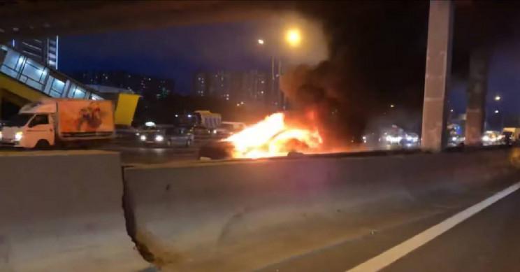 特斯拉汽车在俄高速公路上撞车 起火后两次爆炸