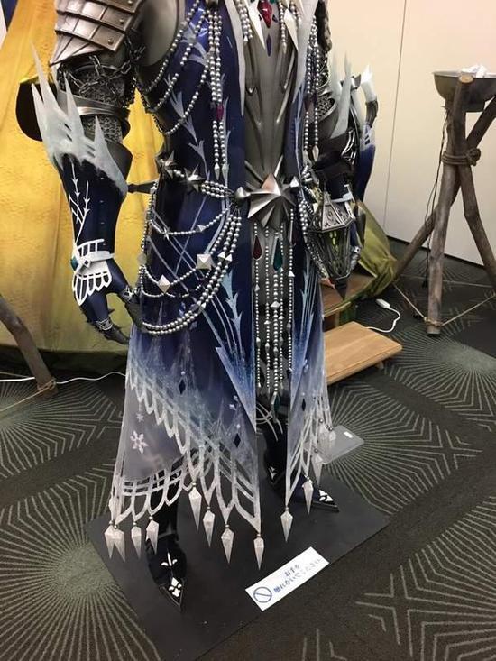 《怪猎世界》冰咒龙套装实体模型 蓝白色搭配浑然天成