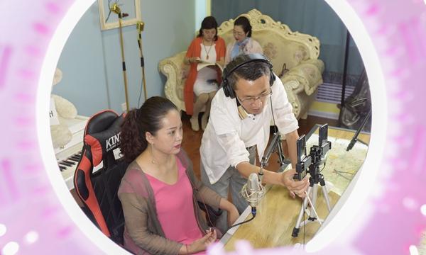 一名教师在网络播音实操室指导市民学习直播技能。新华社