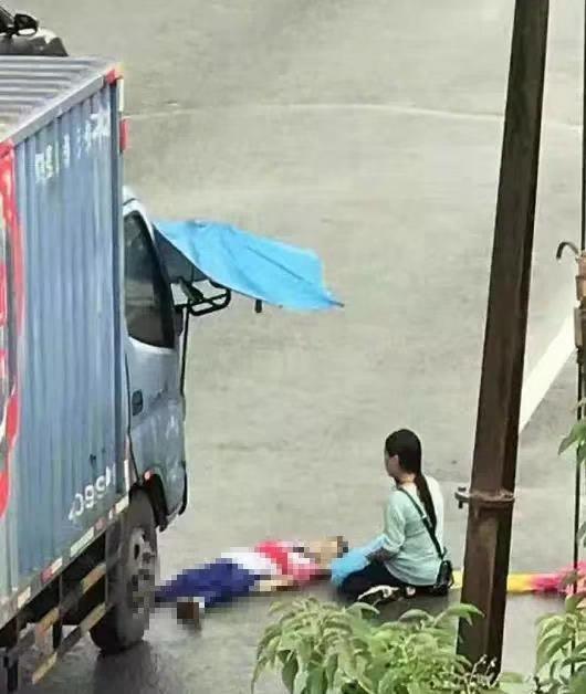 骑电动车送孩子上学 开学首日两儿童命丧车轮