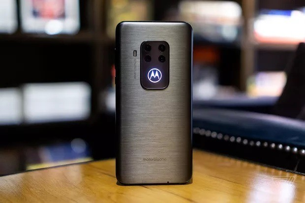 Moto One Zoom正式发布 后置四摄+发光logo